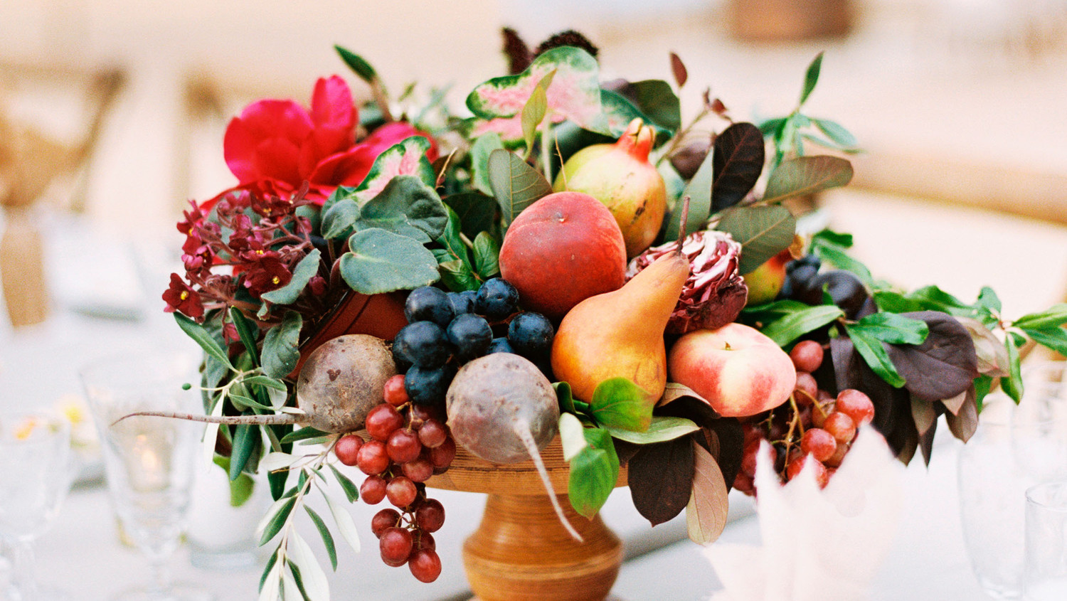 26 wedding centerpieces bursting with fruits and Floral arrangements with fruit