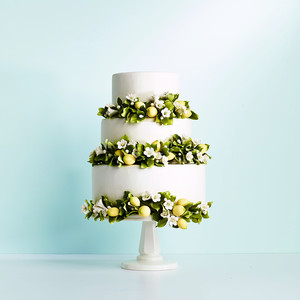 Faux Flowers for Your Wedding Cake That Look Anything But