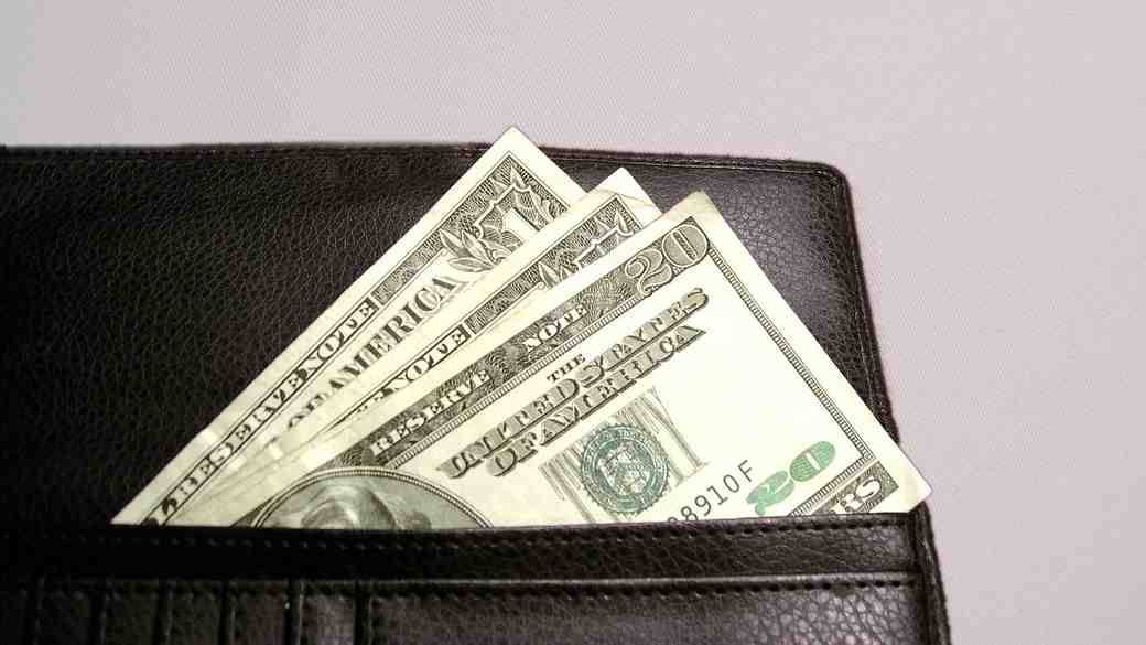 Money Gift Registries: Do You Mention Your Gift in a Wedding Card?