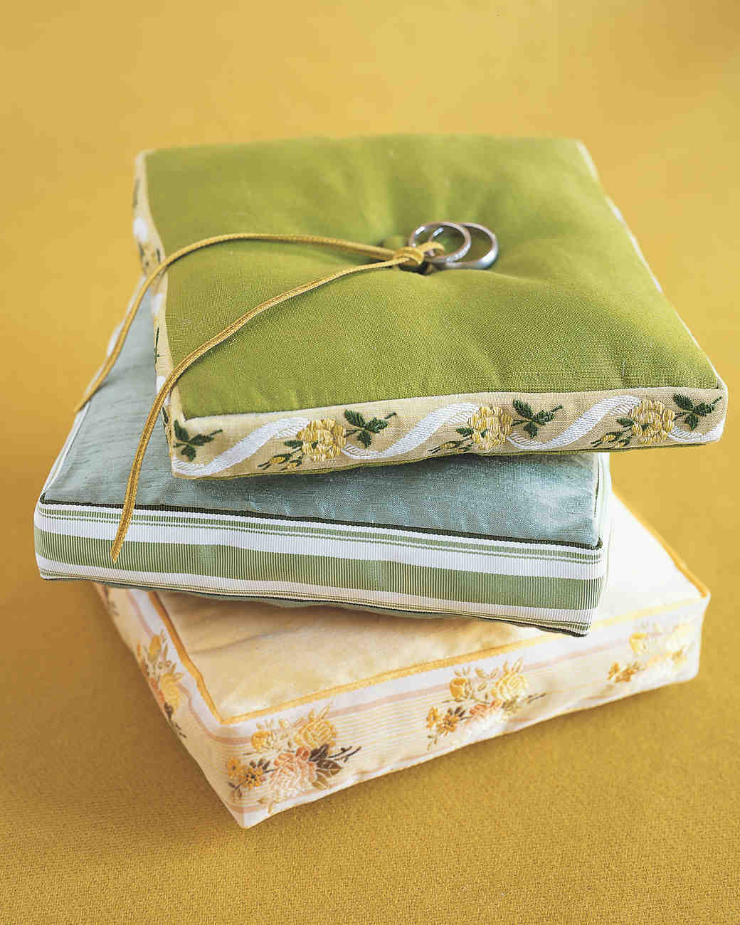diy-ring-pillows-mw0404gtha2-ribbon-0515.jpg