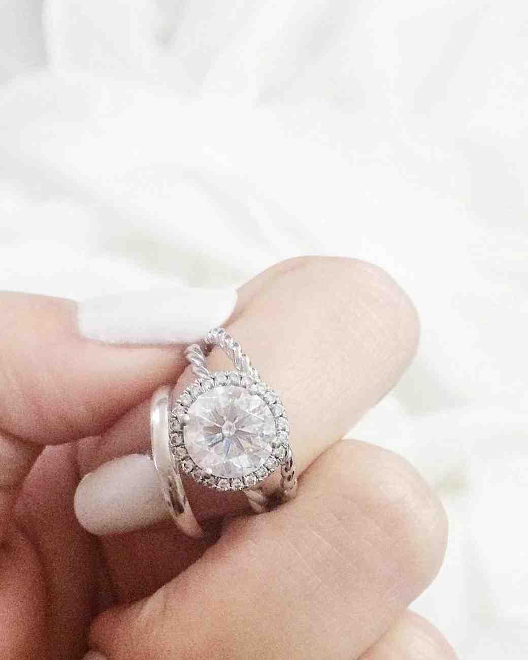 engagement-ring-selfies-white-sheets-0216.jpg