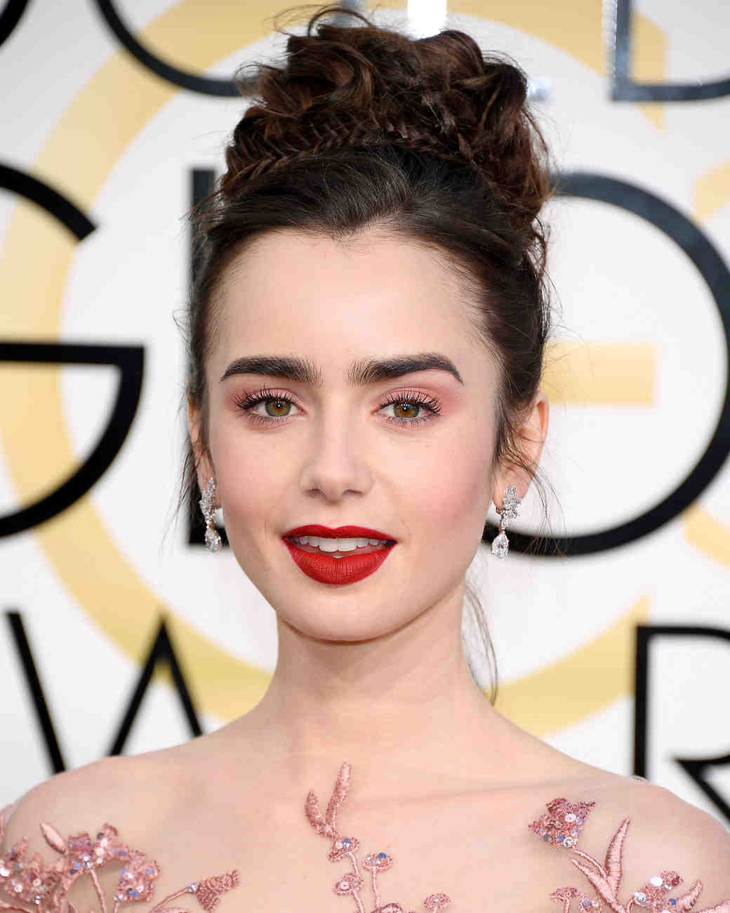 Lily Collins Beauty Look Golden Globes 2017
