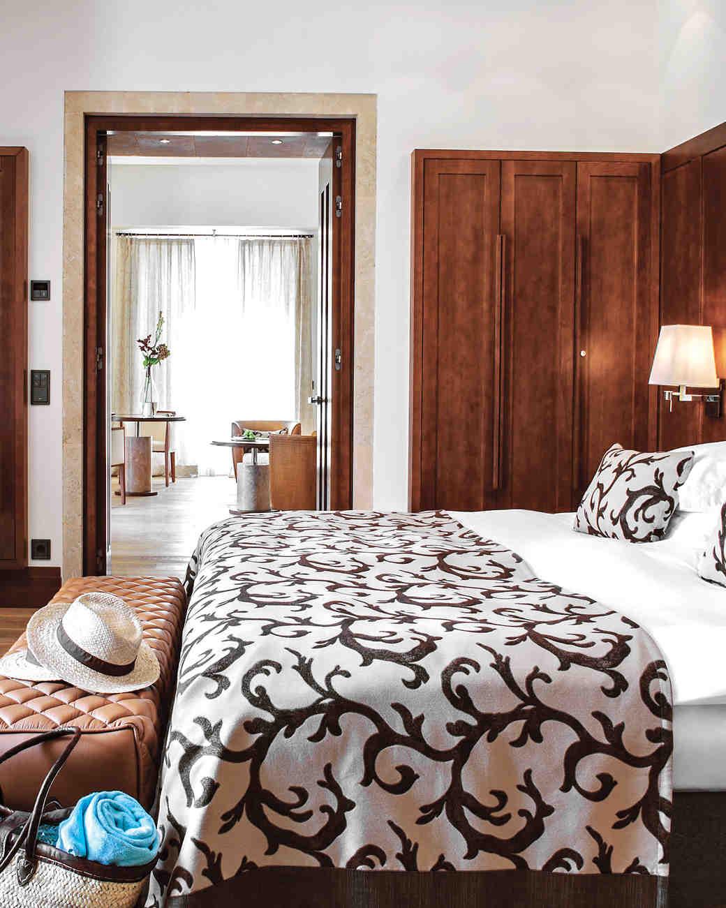 hotel-bed-luxury-52020849-h1--dsc100-ds111324.jpg