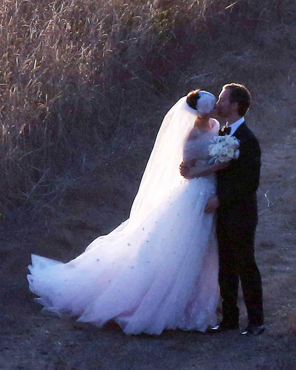 celebrity-pink-wedding-dresses-anne-hathaway-0815.jpg