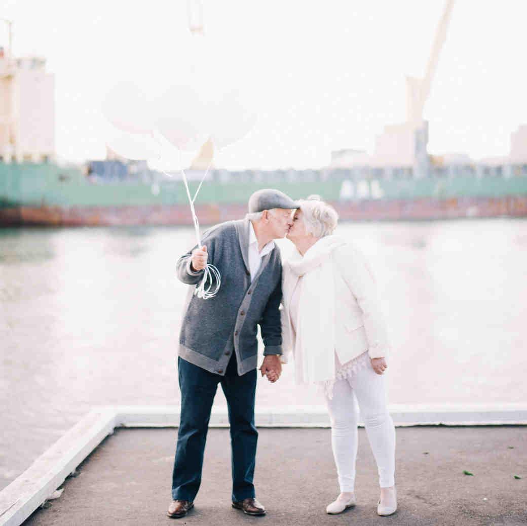 anniversary photo shoot andy margaret kissing balloons