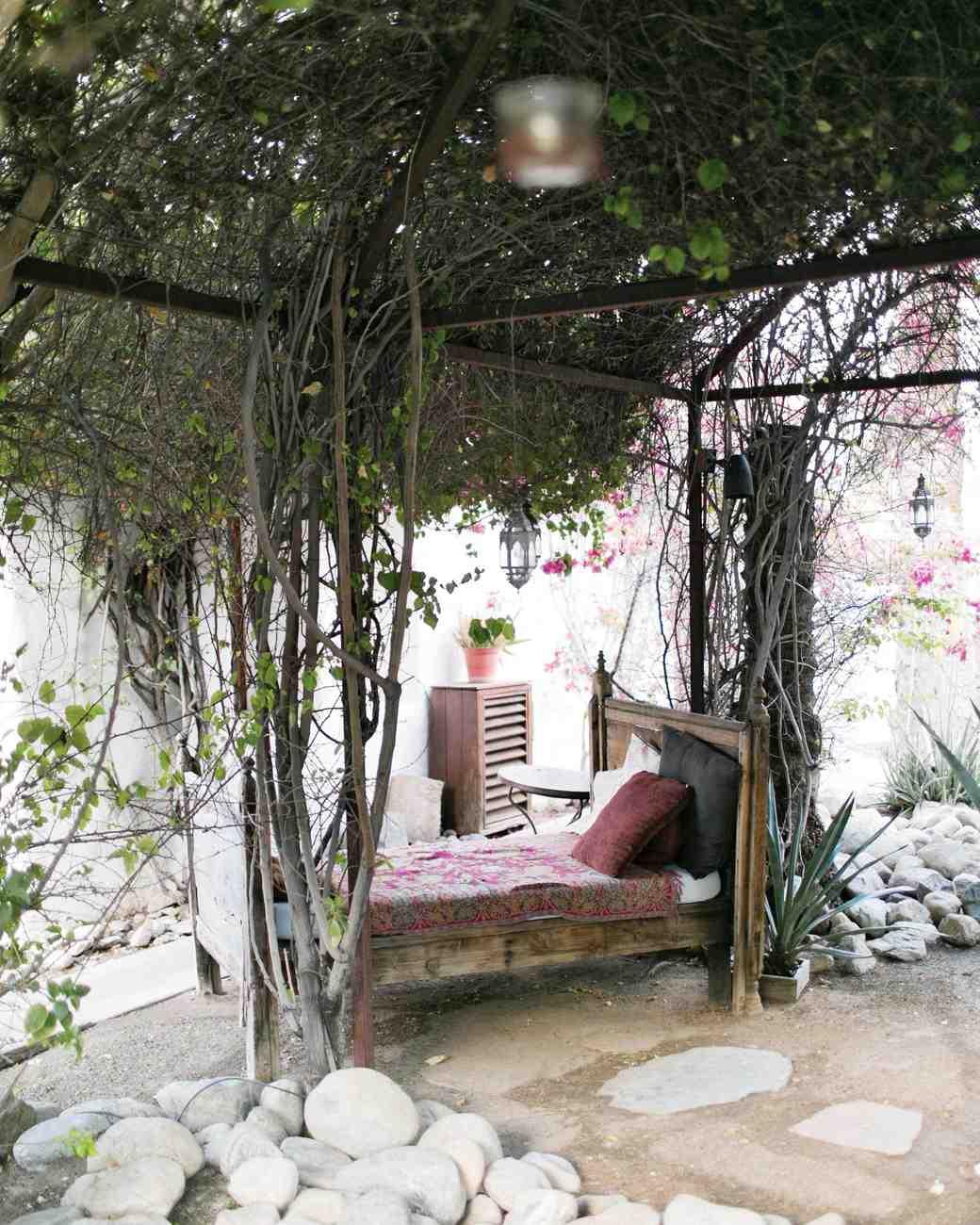 travel-honeymoon-diaries-outdoor-courtyard-bed-palm-springs-s112941.jpg