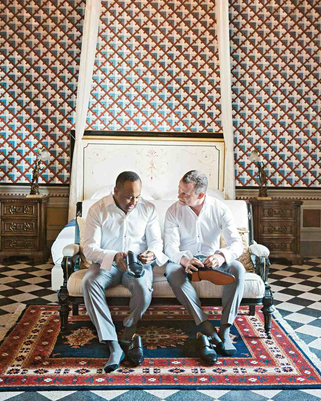 dennis-bryan-wedding-italy-grooms-getting-ready-suite-putting-shoes-on-088-0302-s112633.jpg