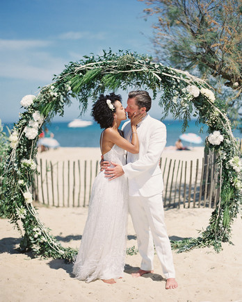 patricia ralph wedding couple kissing under arch on the beach