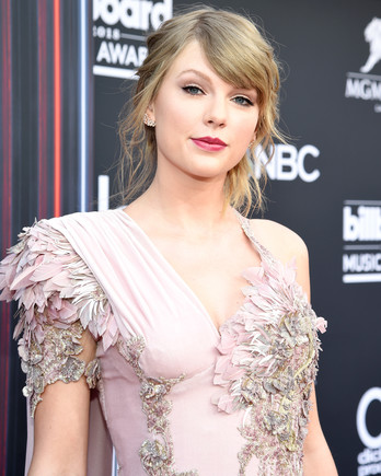 taylor swift red carpet pose