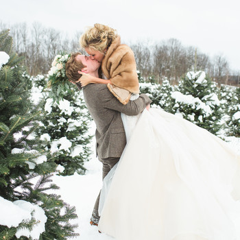 6 Tips for Taking Gorgeous, Snowy Winter Wedding Pictures