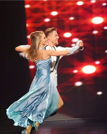 Derek Hough and Julianne Hough dancing
