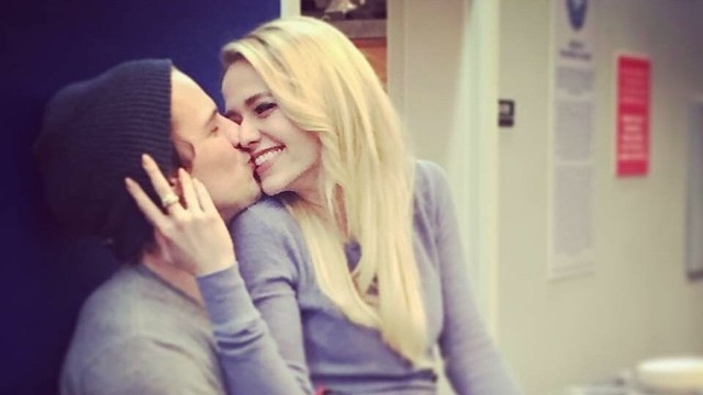 Quot Unreal Quot Co Stars Freddie Stroma Amp Johanna Braddy Have Tied The Knot Martha Stewart Weddings