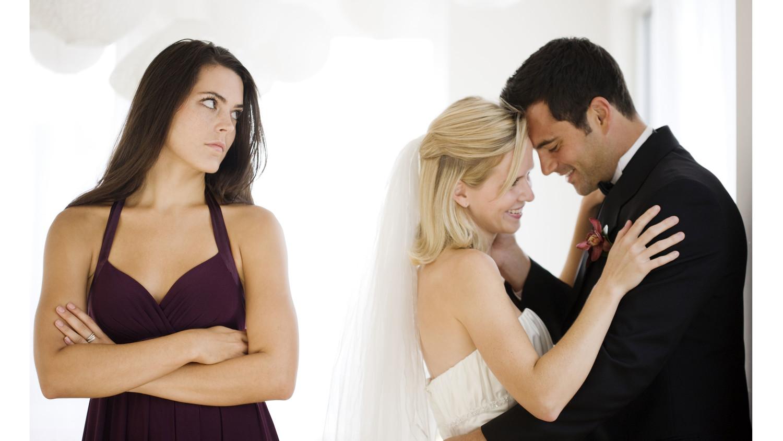Жена смотрит фотографии другого мужчины