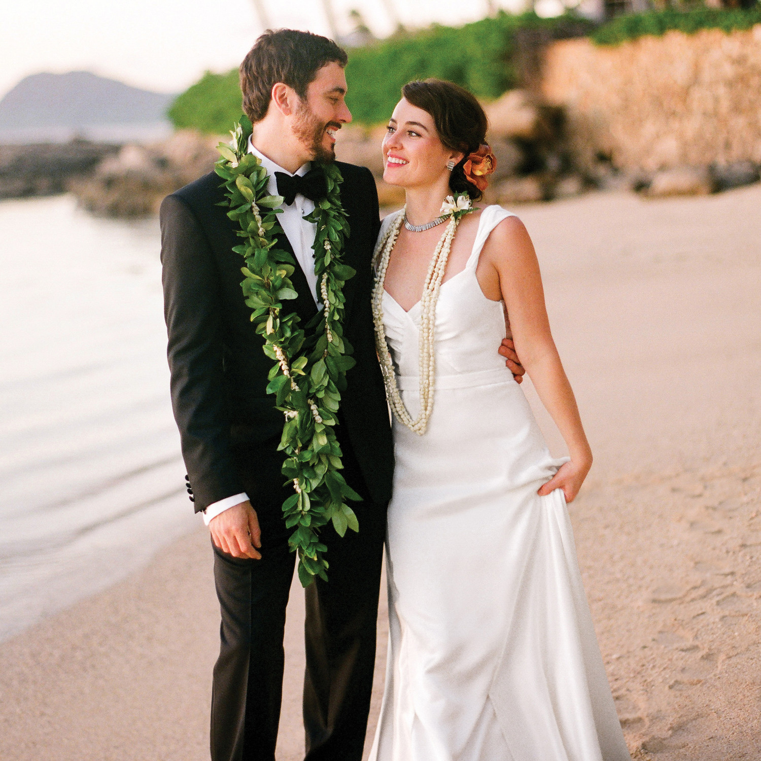 A Traditional Outdoor Destination Wedding in Hawaii | Martha Stewart ...
