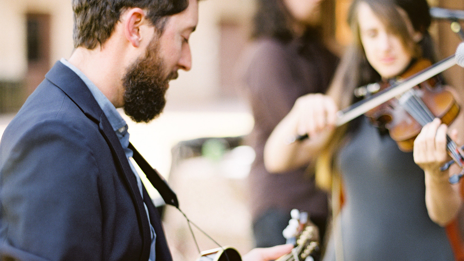 Should You Have Your Wedding Band Or Dj Play Music During Dinner