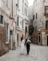 elle raymond venice wedding couple walking in city