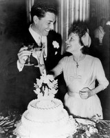 celebrity-vintage-wedding-cakes-edith-piaf-541056091-1015.jpg