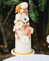 single tiered cake with pyramid of macarons