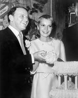 celebrity-vintage-wedding-cakes-frank-sinatra-mia-farrow-108307435-1015.jpg