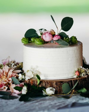 44 Wedding Cakes with Fresh Flowers