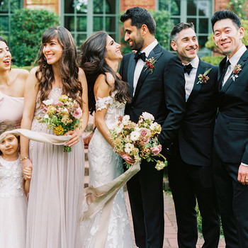 wedding couple surrounded by bridesmaids and groomsmen
