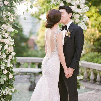 gloria zee wedding couple kissing at arch