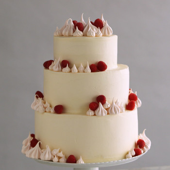 3 Easy Ways to Upgrade a White Wedding Cake