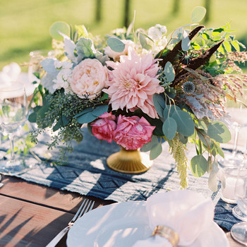 dahlia wedding centerpieces outdoor tablesetting