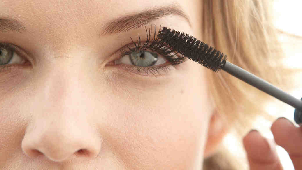 11 Mascaras That Are Worth Trying for Your Wedding Day