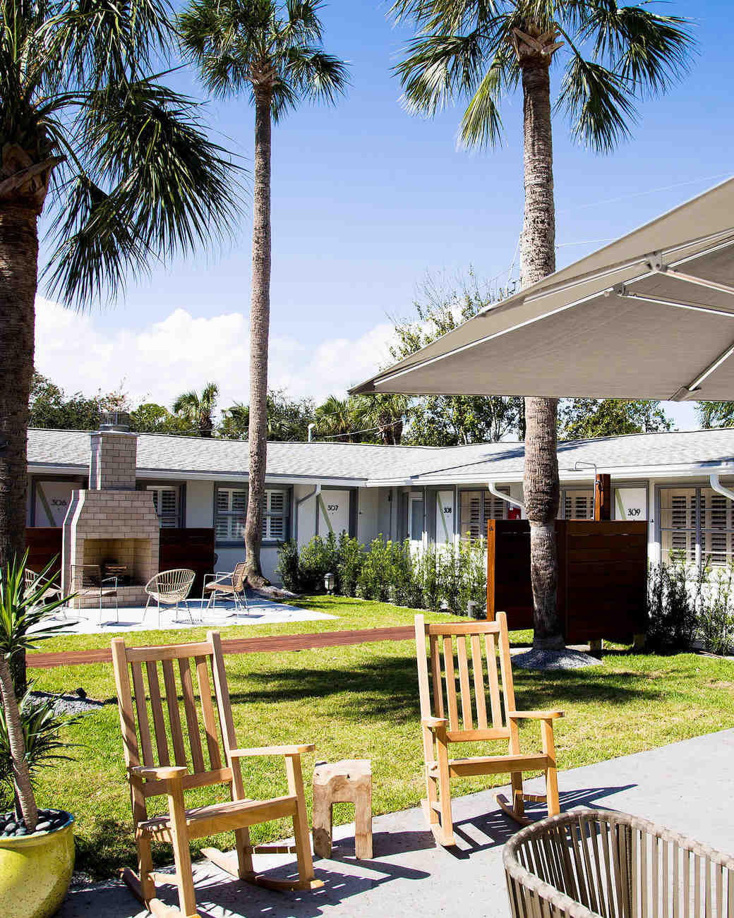 hotel palms courtyard chairs