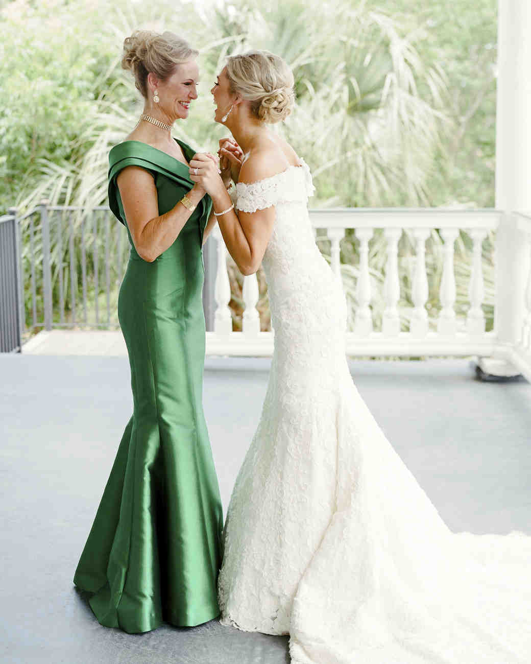 26 Mother Of The Bride Hairstyles That Ll Make Her Feel Special Martha Weddings