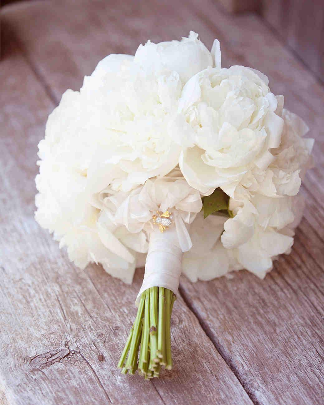 bee wedding ideas white peony bouquet