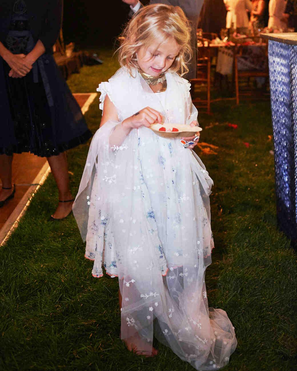 fiona-peter-wedding-flowergirl-veil-695d3s908-d112512.jpg