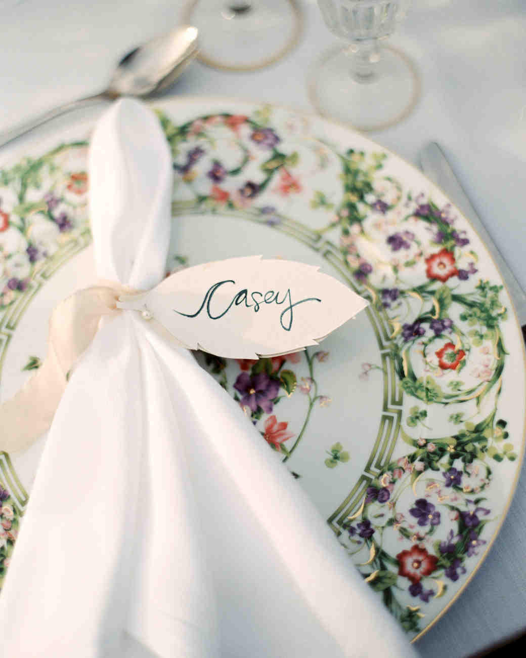 Napkin with Leaf-Shaped Name Card : table settings for weddings ideas - pezcame.com