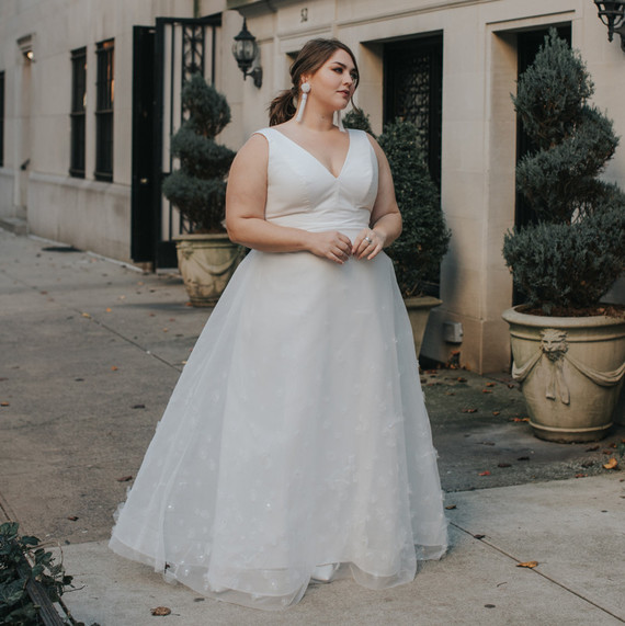 Lovely Bride Wedding Dress with V-Neckline