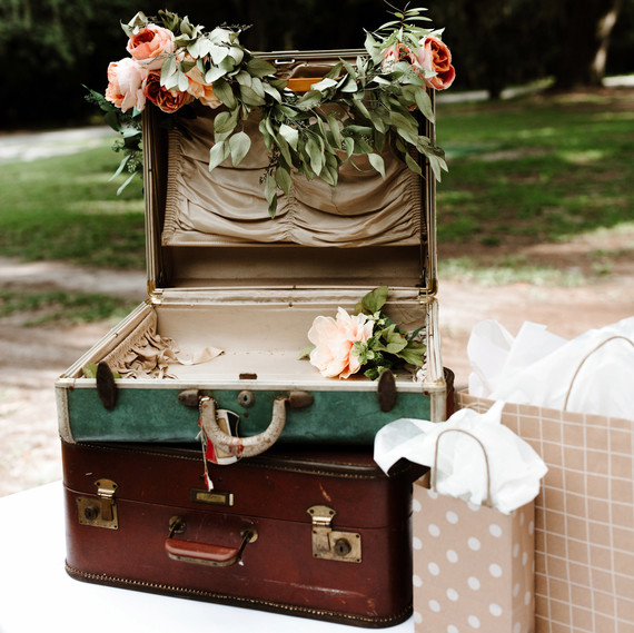 Who Should Guests Give Their Wedding Gifts To During The Reception