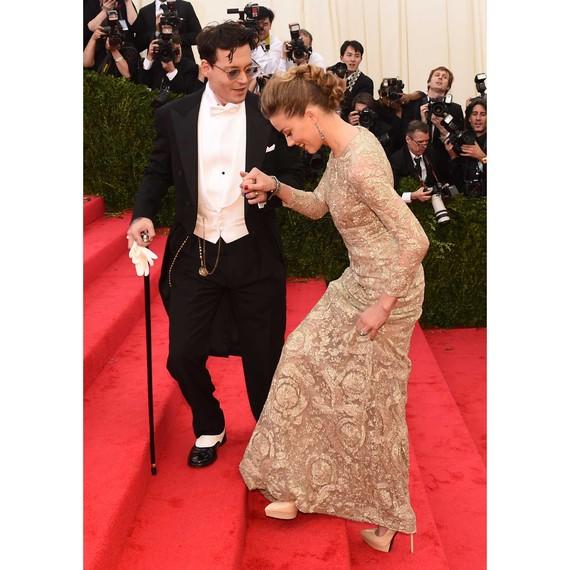 celebrity-couple-johnny-depp-amber-heard-met-gala-2014-walking-up-steps-red-carpet-0216.jpg